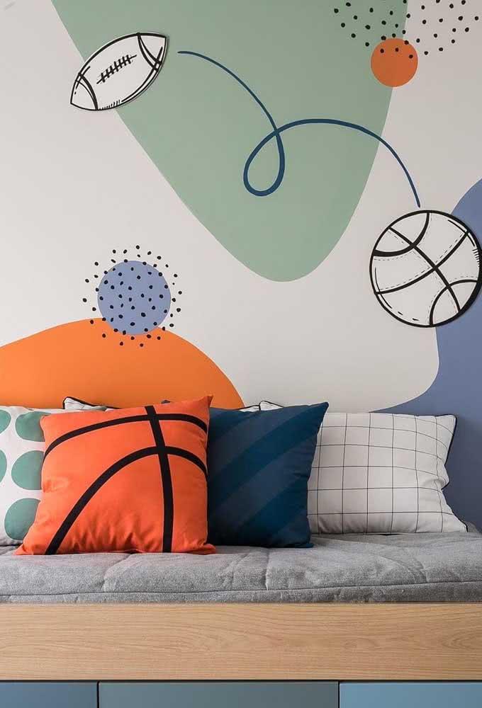 O tema da estampa da parede se repete na roupa de cama