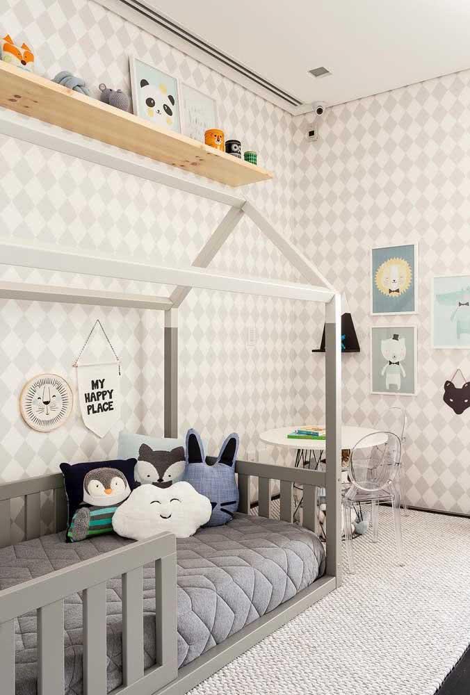 Cama infantil arrumada apenas com edredon e almofadas
