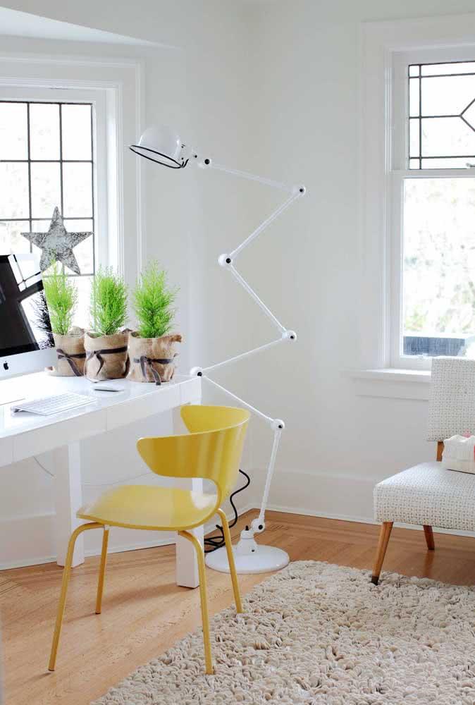 Home office com cadeira amarela fazendo um contraste perfeito com a mobília e a parede branca