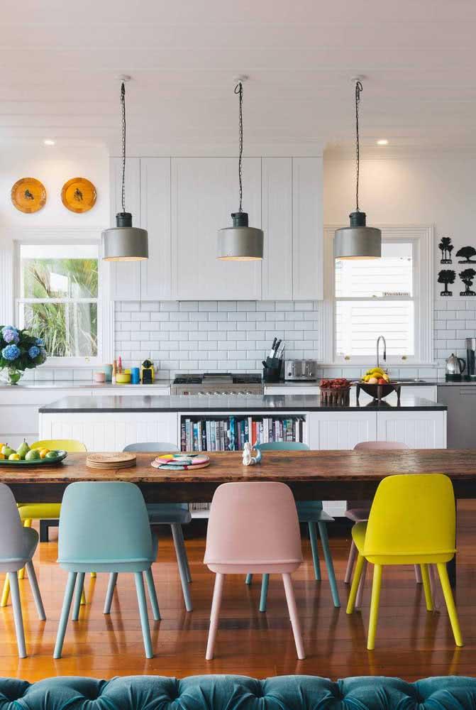 Para quem curte um ambiente descontraído e colorido pode investir em cadeiras amarelas, rosas, azuis e qualquer outra cor que der vontade