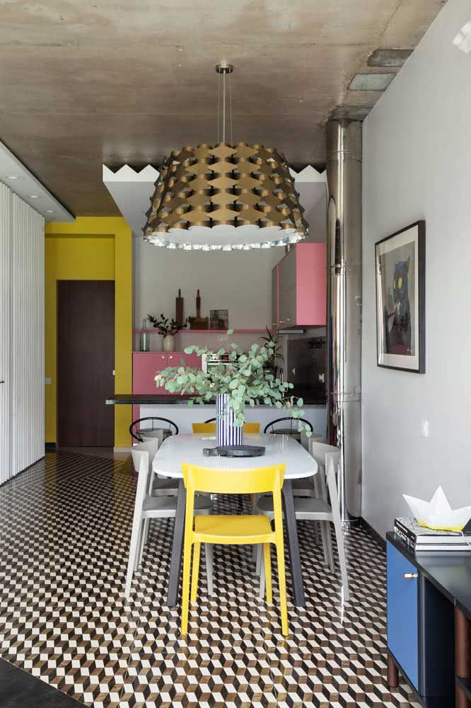 E para valorizar o piso em preto e branco somente uma cadeira amarela