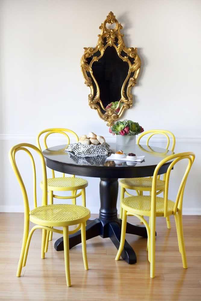 Cadeiras amarelas levando o estilo vintage para a sala de jantar