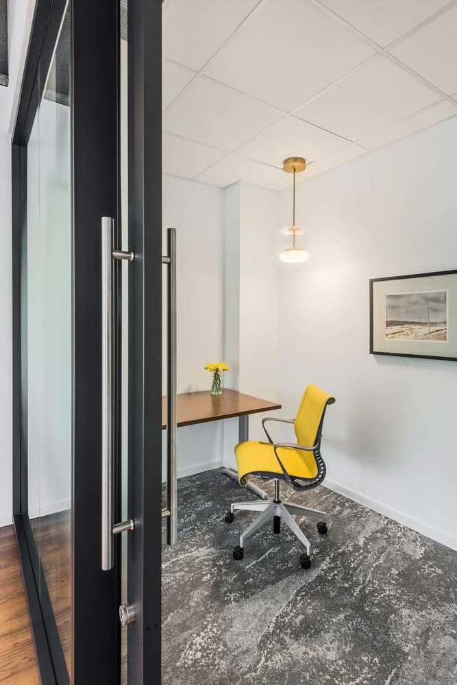 Cadeira amarela giratória para um escritório moderno e jovial