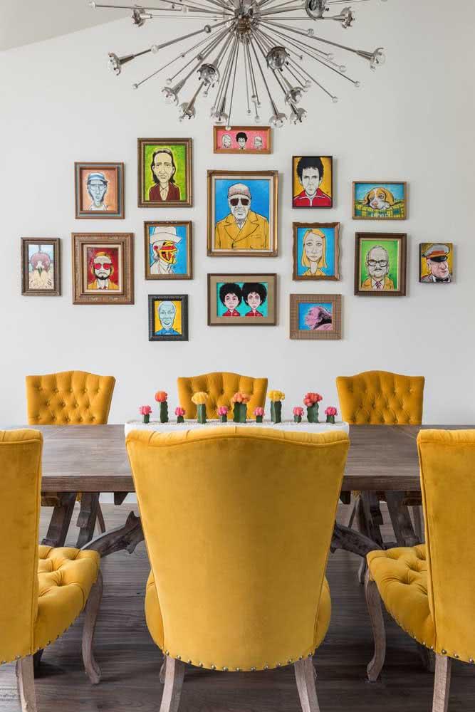 Com um pouco mais de espaço é possível investir em poltronas em tom de amarelo mostarda para uma sala de jantar contemporânea