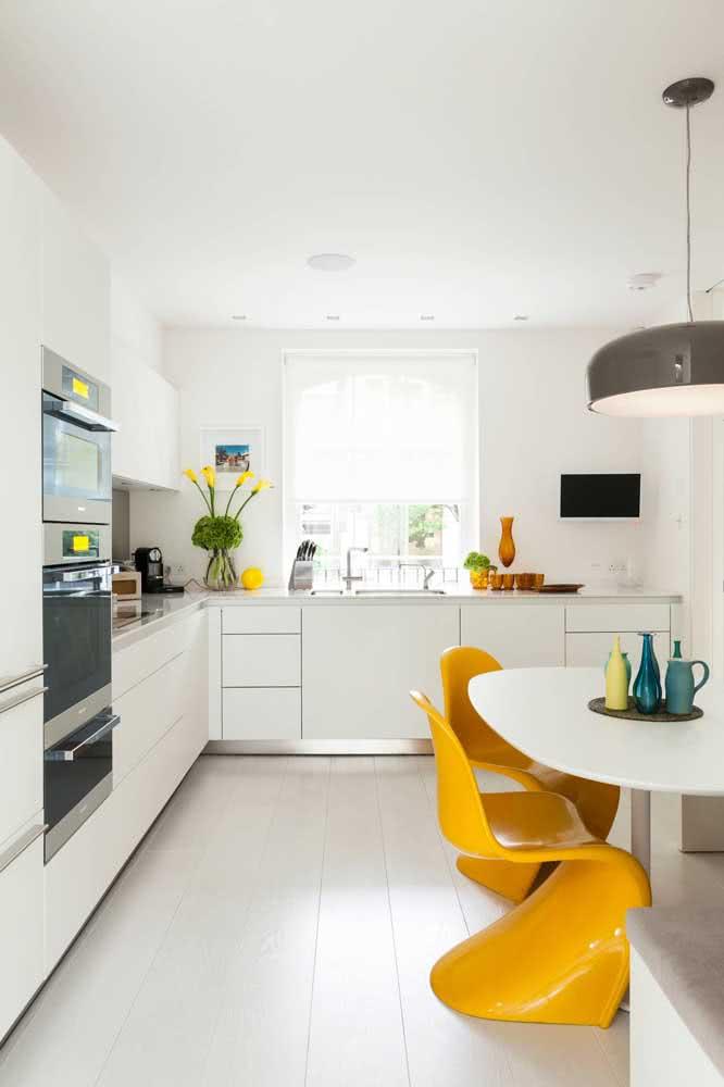 Cadeiras Panton amarelas para a cozinha integrada com a sala de jantar. Mais uma vez é o charme dos contrastes que ganha atenção