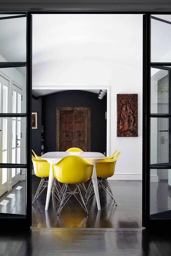 Cadeiras Eames amarela com braços para sala de jantar moderna e espaçosa