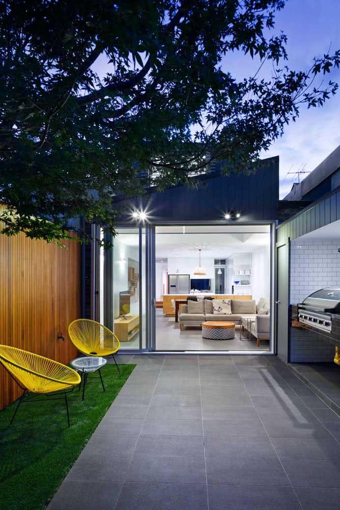 Cadeiras Acapulco amarela para valorizar a área externa da casa