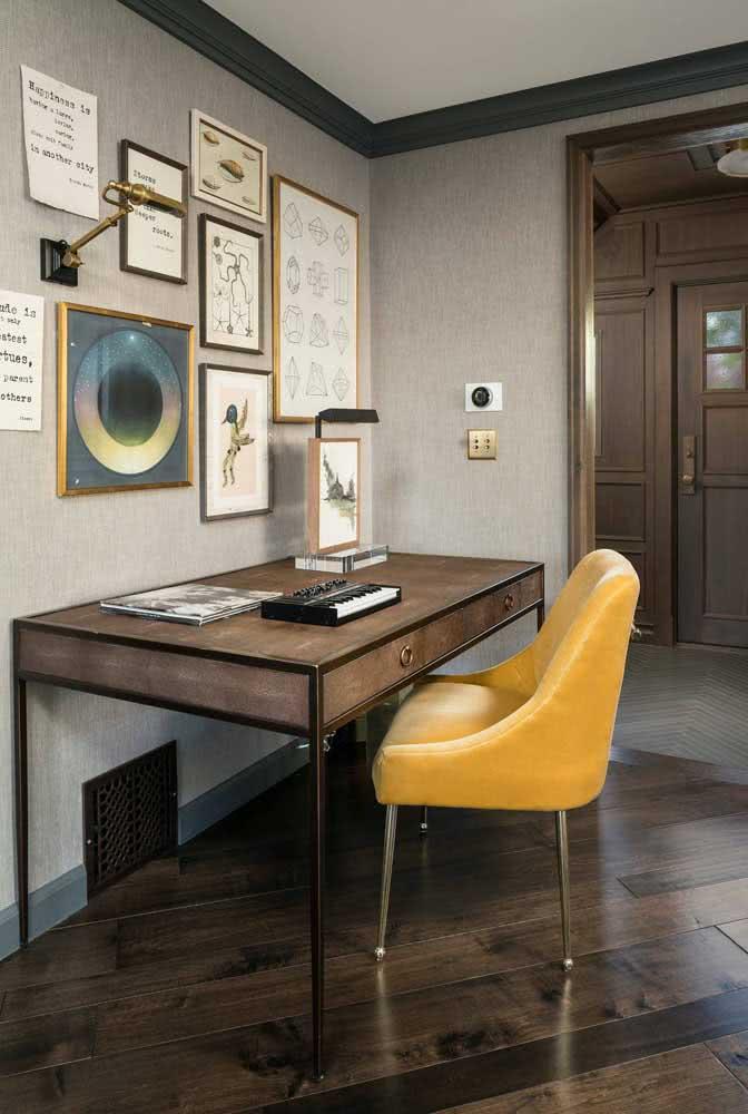 A cadeira amarela estofada em veludo traz funcionalidade, conforto e uma beleza incrível ao ambiente