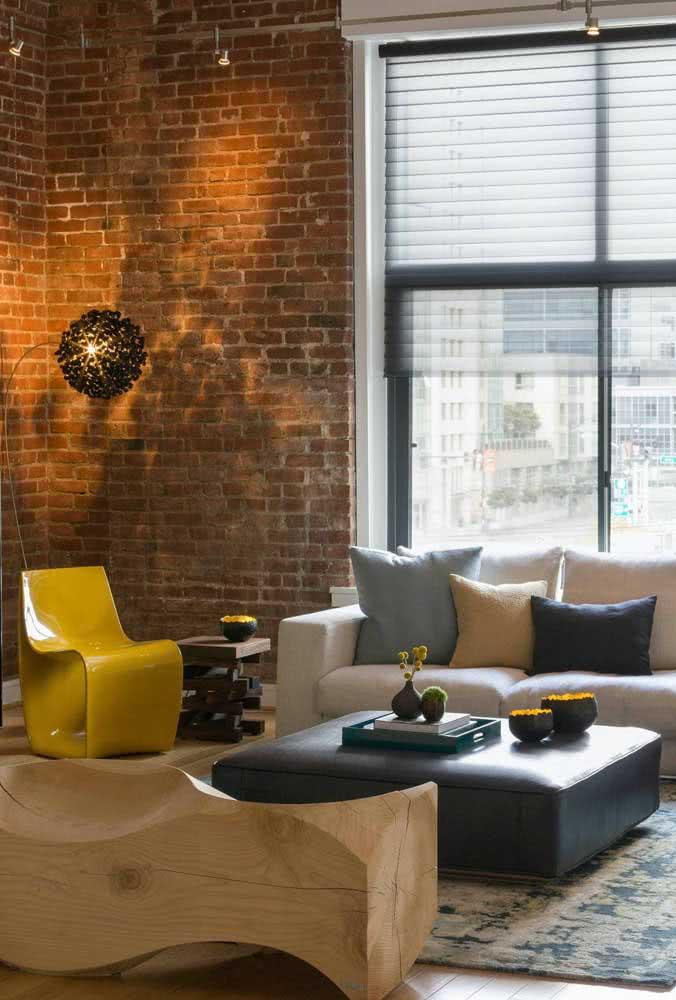Para quem não abre mão do design, uma inspiração e tanto de cadeira amarela na sala de estar