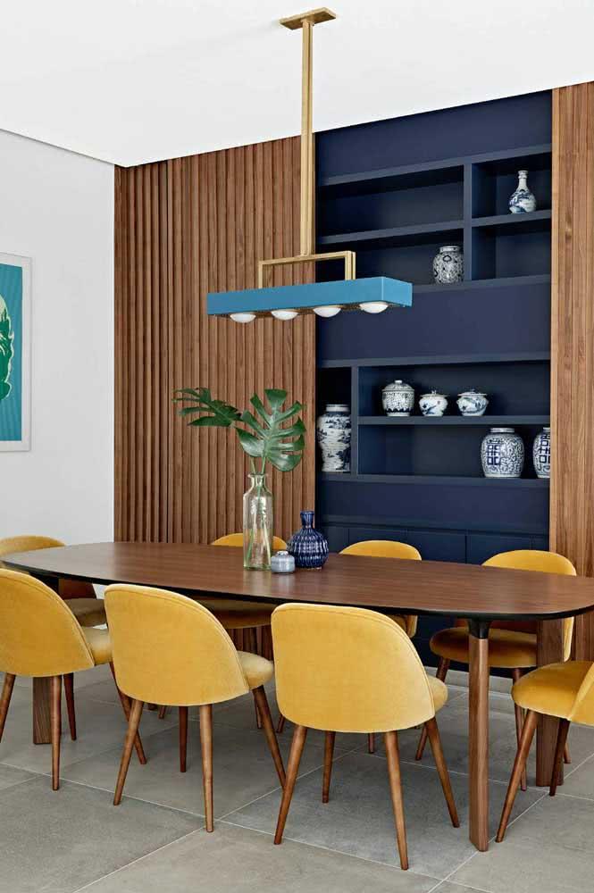A composição perfeita entre cadeiras amarelas e mesa de jantar em madeira