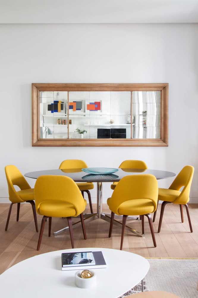 Sala de jantar com cadeiras amarelas em estilo poltrona: conforto e cor no ambiente