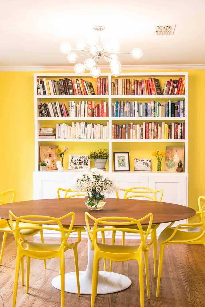 Sala de jantar iluminada pelas cadeiras Allegra em companhia da parede que segue no mesmo tom