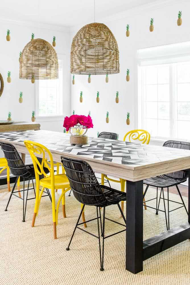 Em preto e amarelo! Uma composição de cadeiras para sair do óbvio