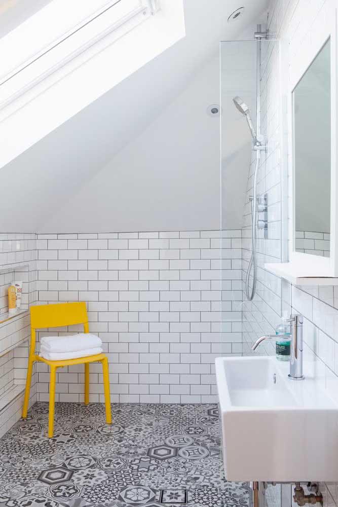 O banheiro branco está sem graça? Então coloque um toque de cor com a cadeira amarela