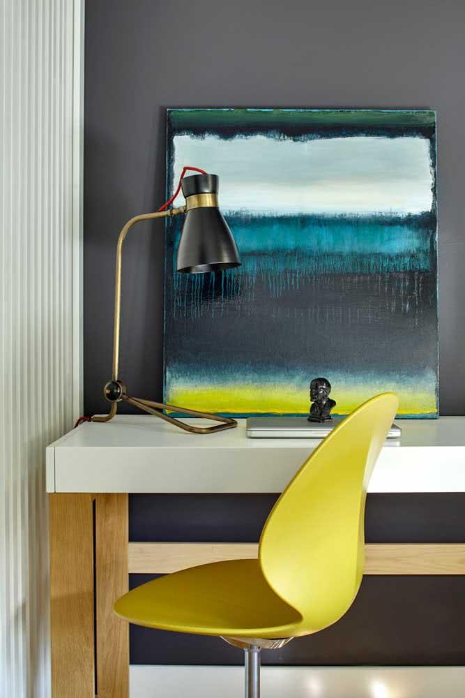 Cadeira amarela giratória para o escritório moderno e despojado