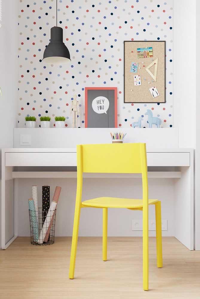 Um cantinho de estudos divertido, alegre e, claro, decorado com a cadeira amarela