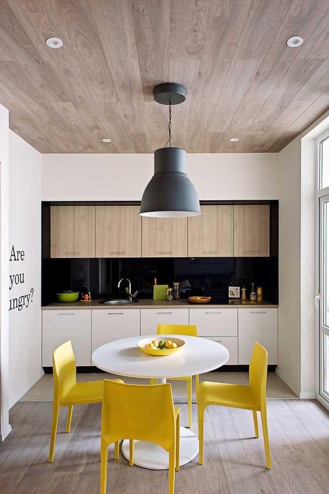 Cadeira amarela para cozinha: aconchegante e convidativa
