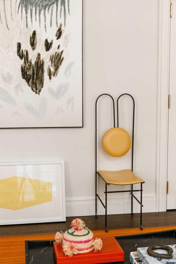 Que tal uma cadeira amarela para ser todo o destaque da decoração?