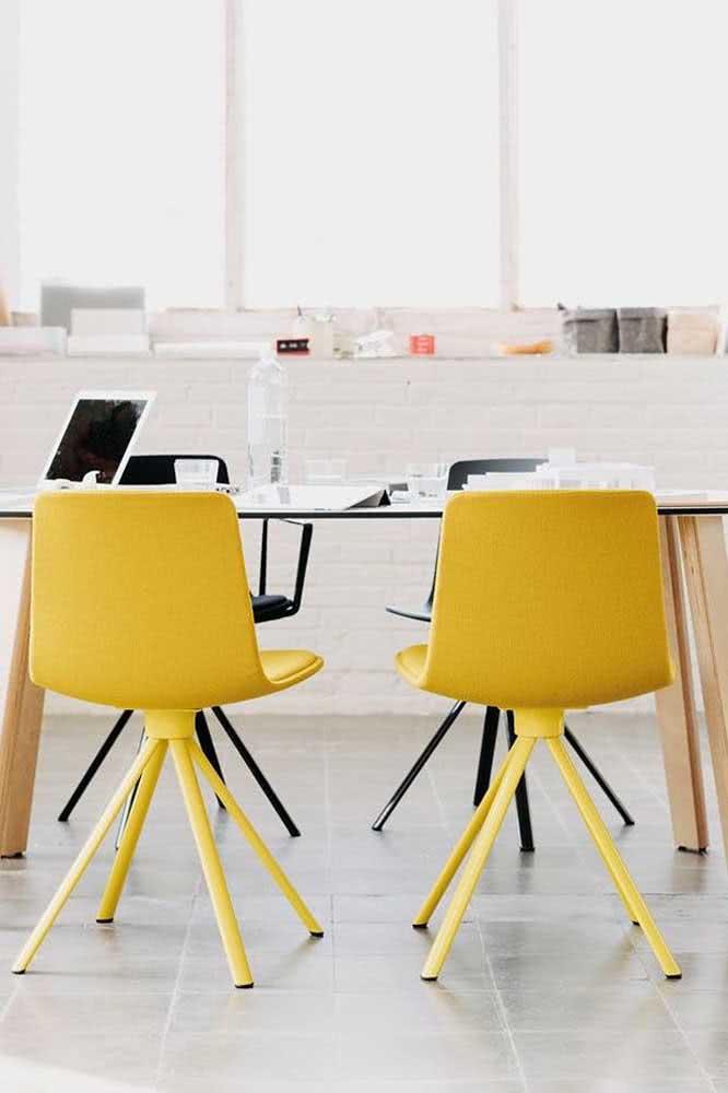 Cadeiras amarelas no escritório: saia da zona de conforto do branco e cinza