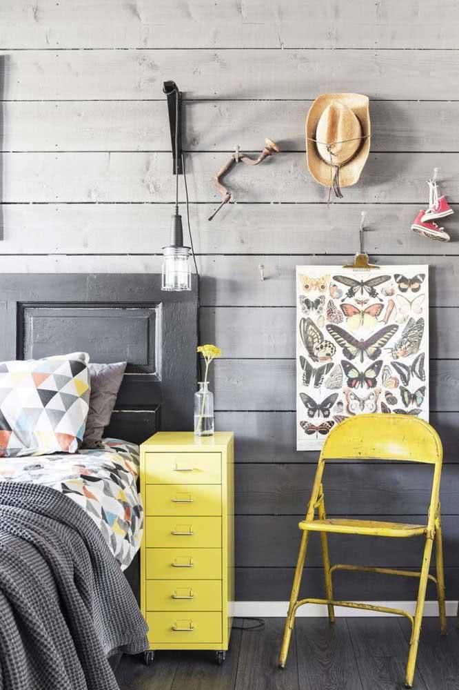 Já pensou em colocar uma cadeira de boteco no seu quarto e ainda por cima pintá-la de amarelo? Então deveria!