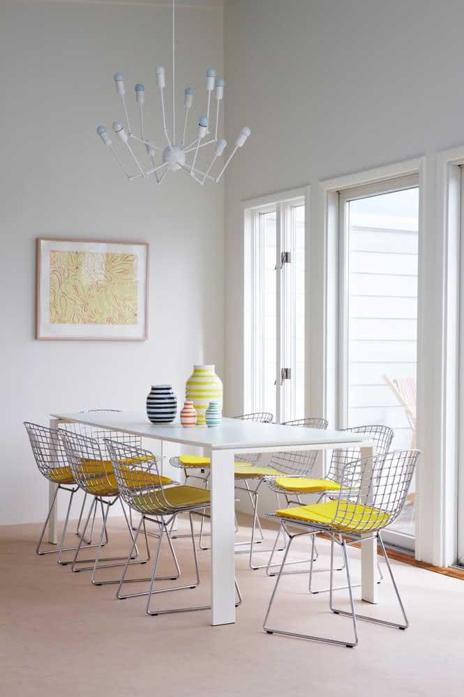 Cadeiras amarelas Bertoia na sala de jantar. O ponto de cor que faltava na decoração