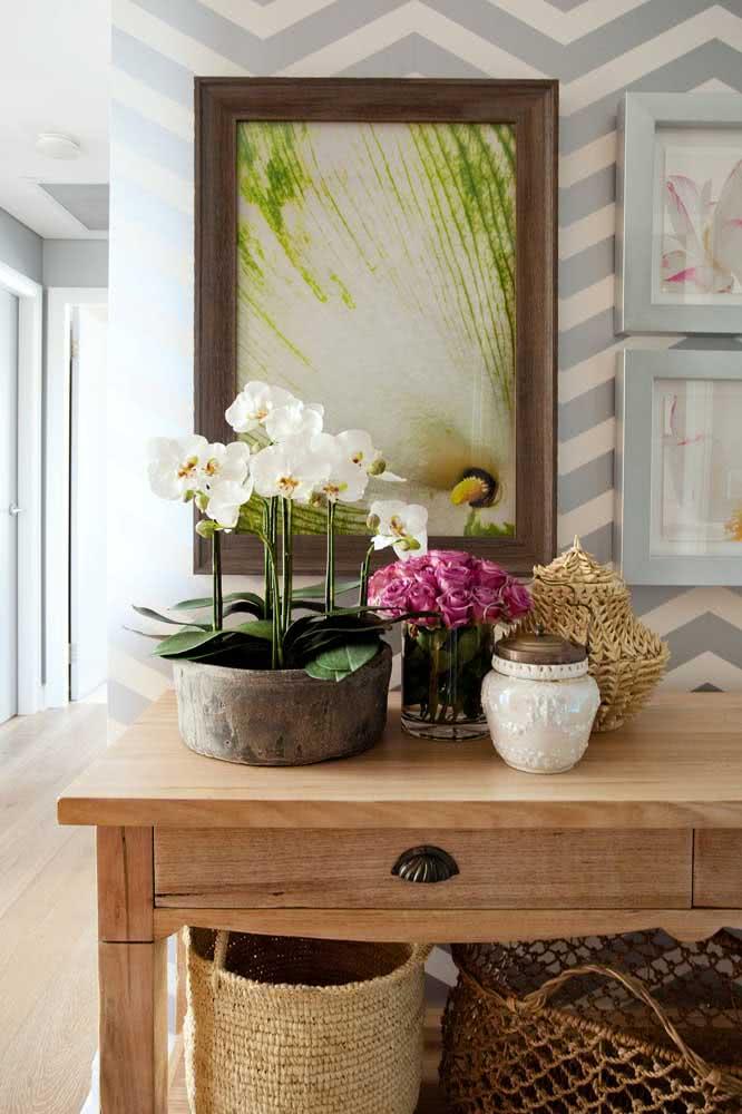 O aparador é um ótimo móvel para receber a orquídea branca