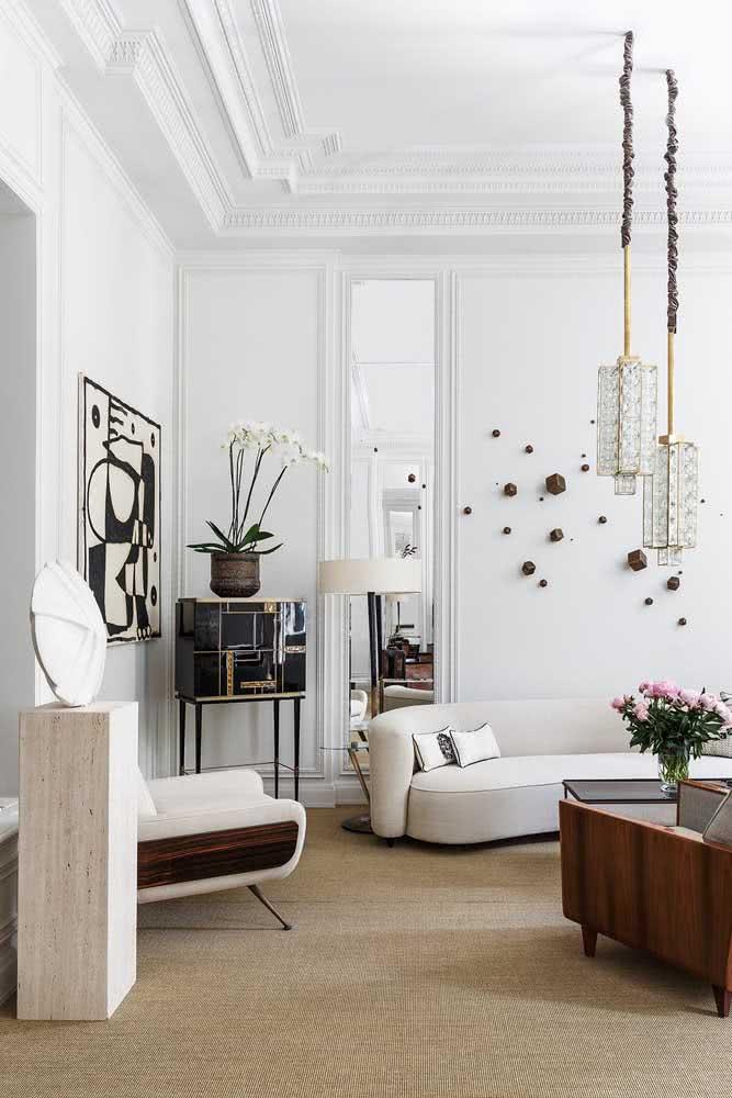 Orquídea branca completando com delicadeza a decoração da sala