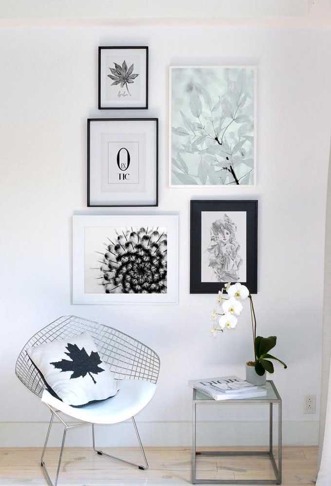 Cantinho de leitura delicadamente decorado com vaso de orquídea branca