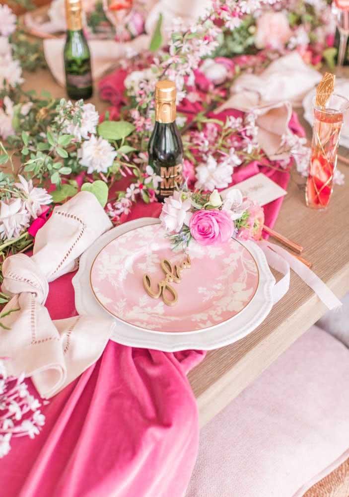 A mesa posta traz o nome de cada amiga da noiva