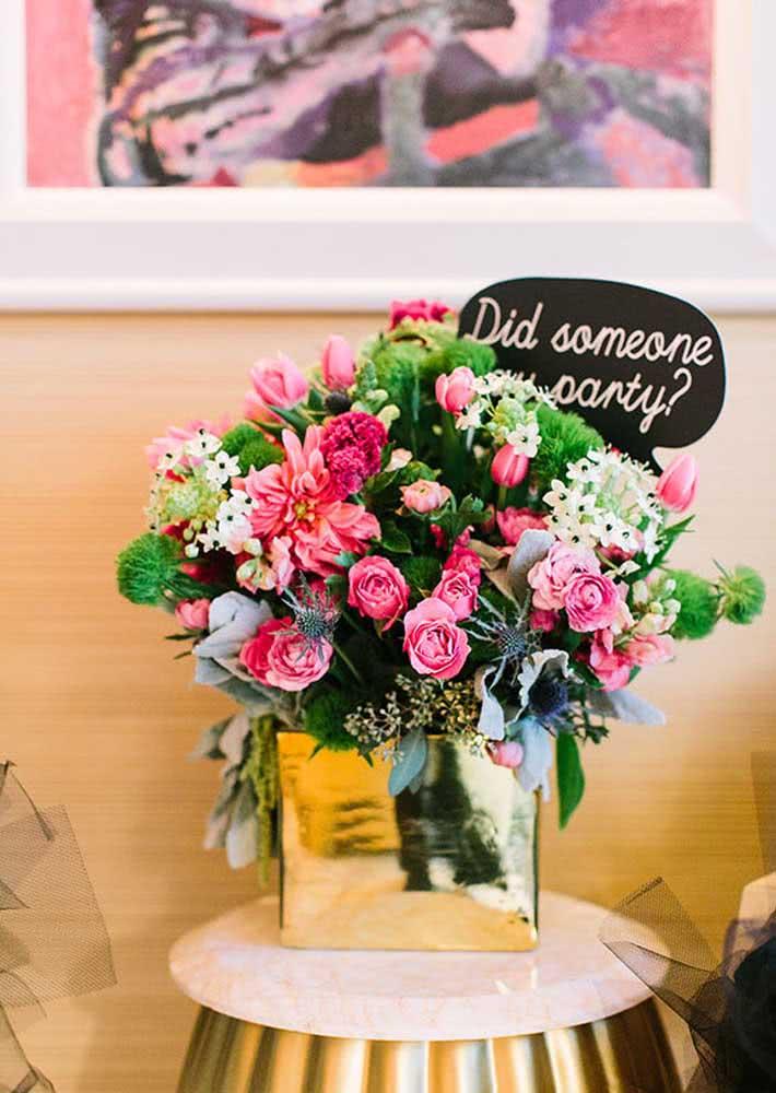 Flores para decoração de despedida de solteira no hotel