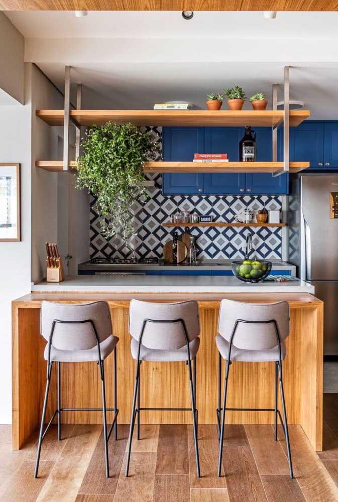 Prateleira industrial suspensa sobre a bancada da cozinha: integração entre os ambientes