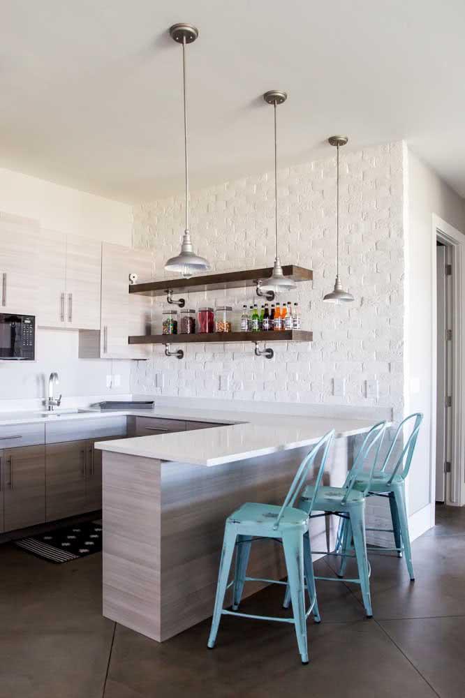 Prateleira industrial suspensa para armazenar os mantimentos da cozinha