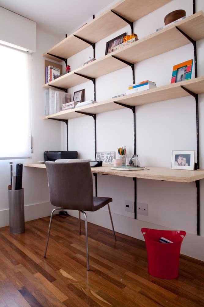 No home office, a prateleira industrial é prática, linda e funcional