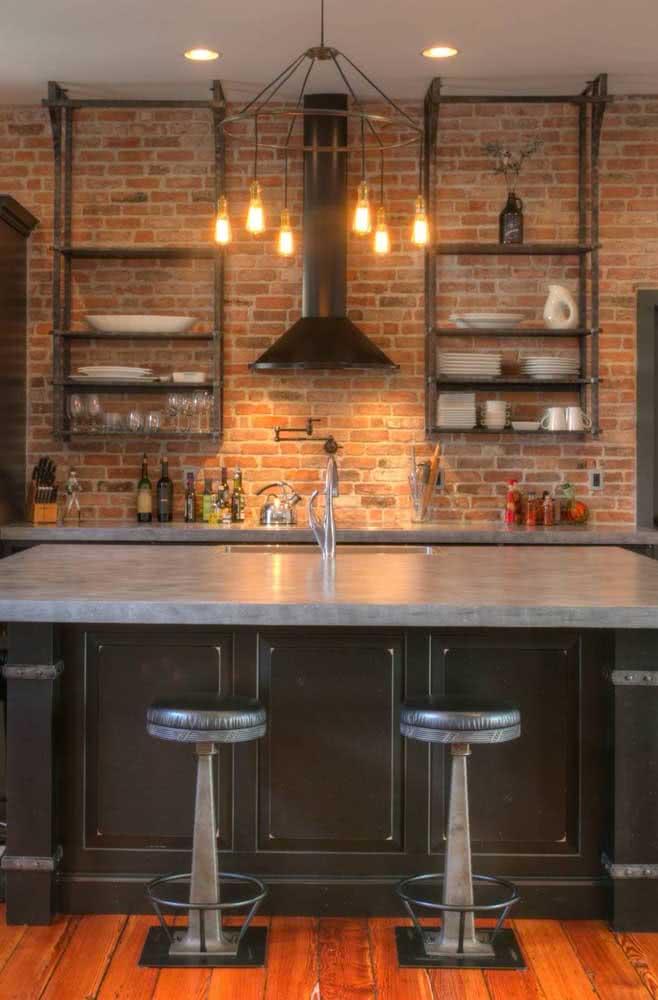 Prateleira industrial combina é claro com uma cozinha industrial