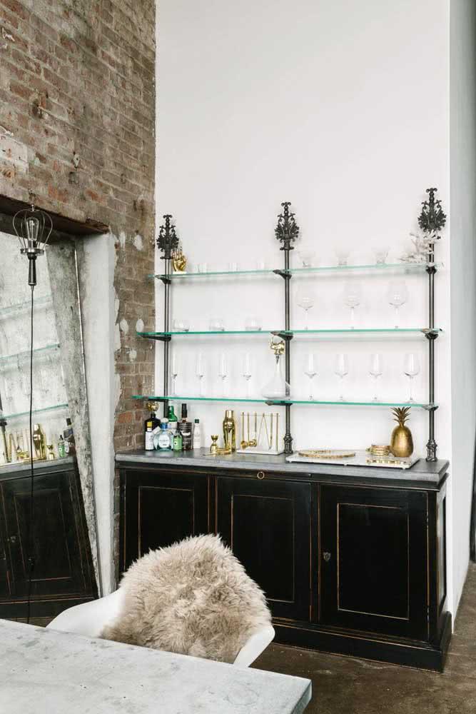 E o que acha de dar um toque clássico a sua prateleira industrial usando vidro no lugar da madeira?