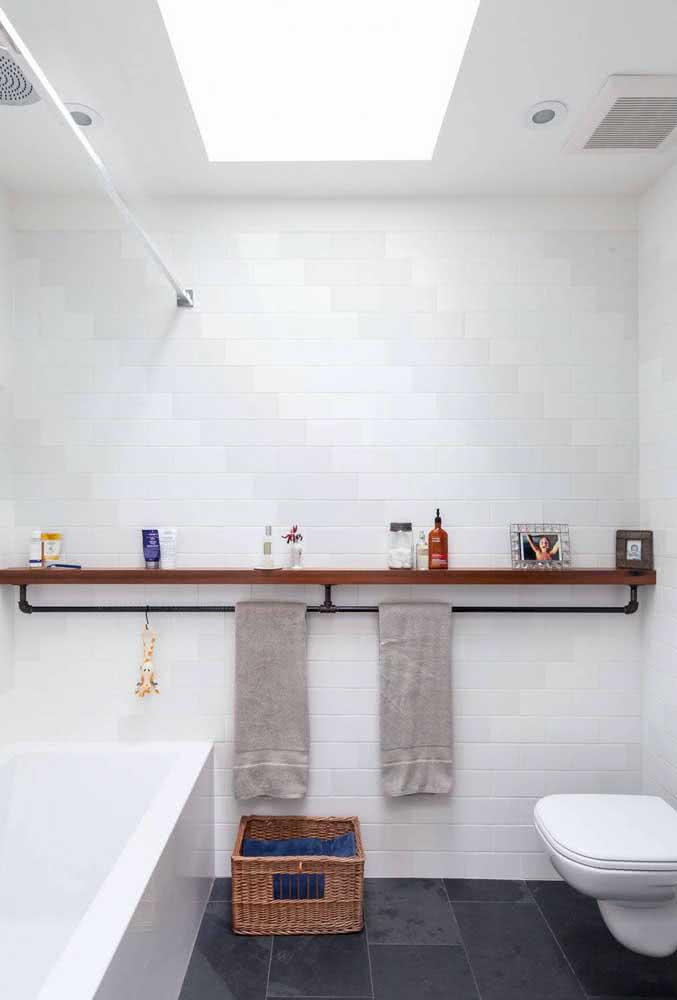 No banheiro, a prateleira industrial pode ser usada para pendurar toalhas e expor itens de higiene e beleza