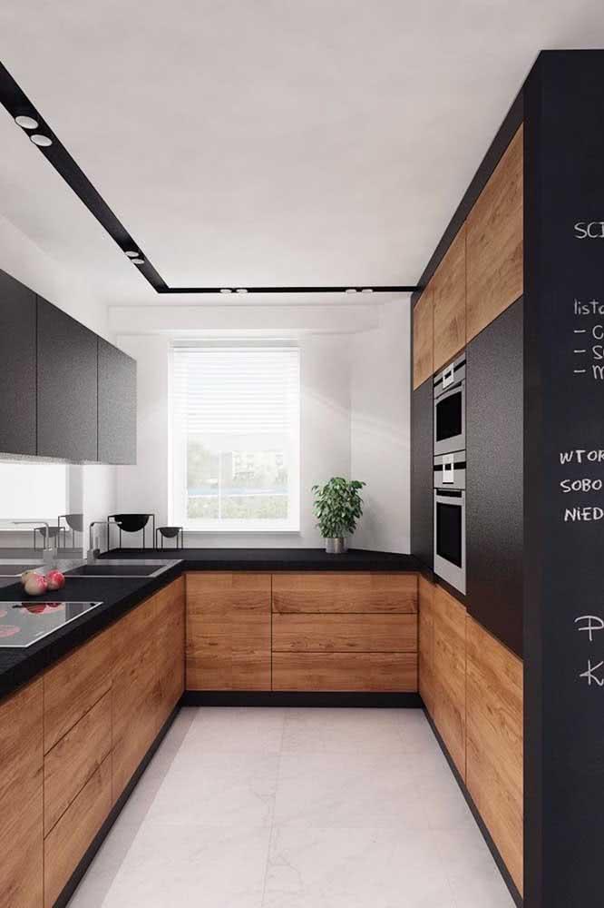 A base branca ficou perfeita para os móveis que mesclam o amadeirado e o preto