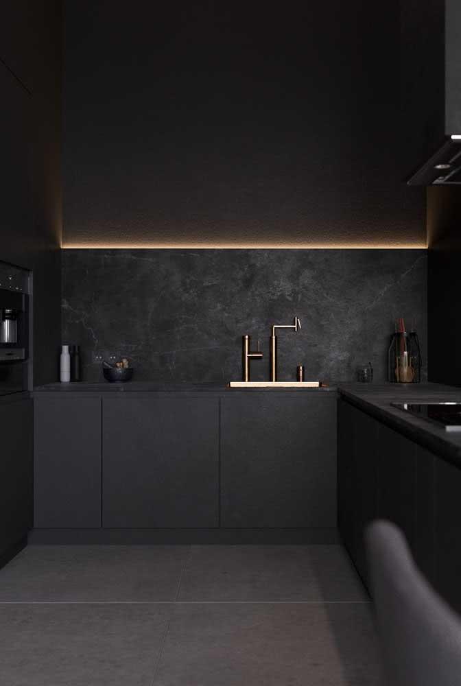 Cozinha em U preta e muito sofisticada