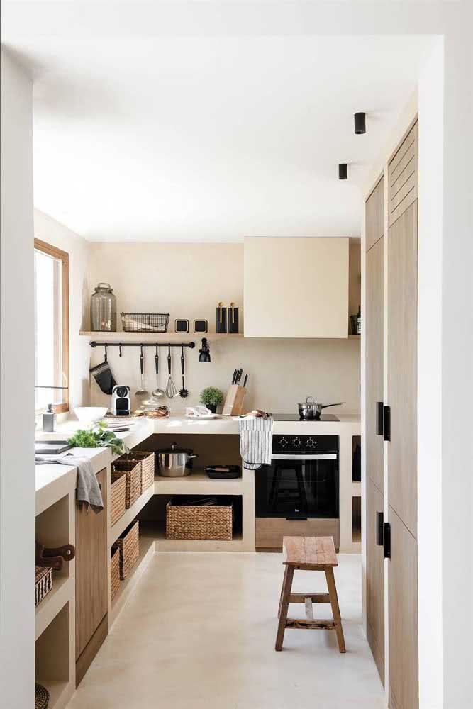 Nichos abertos para a parte de baixo das bancadas da cozinha em U