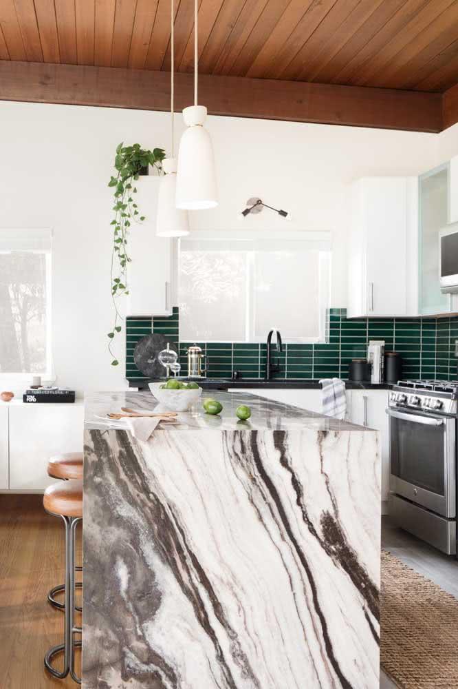Cozinha em U grande com balcão de mármore