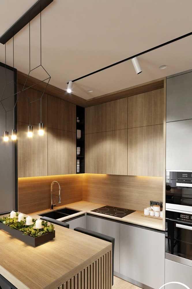 Spots e luminárias para equilibrar a iluminação na cozinha em U