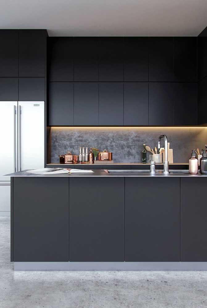 Valorize a cozinha em U preta com iluminação indireta