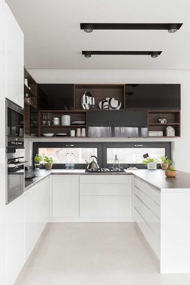 Cozinha em U branca com prateleiras em madeira escura para contrastar