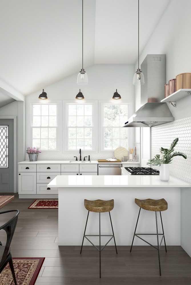 Cozinha em U com janela: iluminação não é problema por aqui!