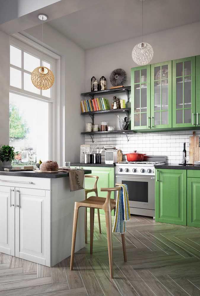 Um toque retrô para essa cozinha em U de móveis verdes e brancos