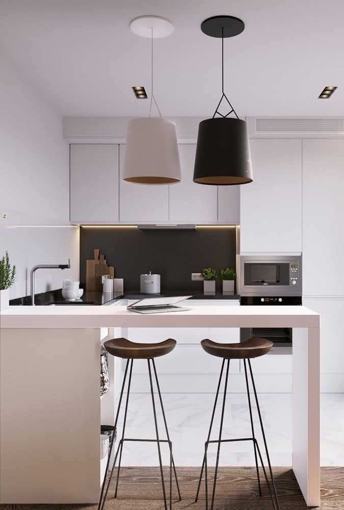 Cozinha em U simples, mas com detalhes cheios de estilo