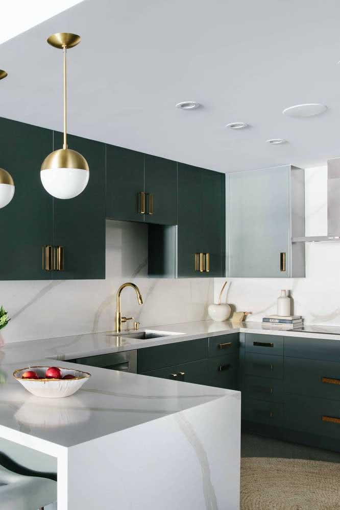 A combinação entre o verde escuro e o branco trouxe elegância e sofisticação para essa cozinha em U