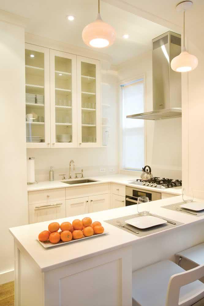 Cozinha em U com móveis brancos para reforçar a iluminação