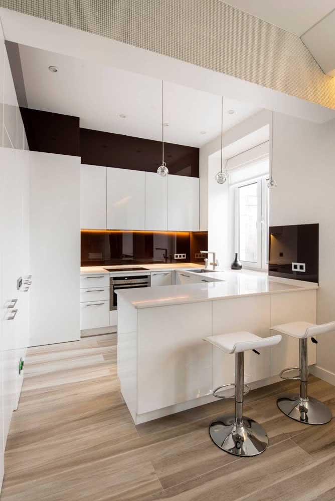 Cozinha em U moderna integrada com os demais ambientes da casa