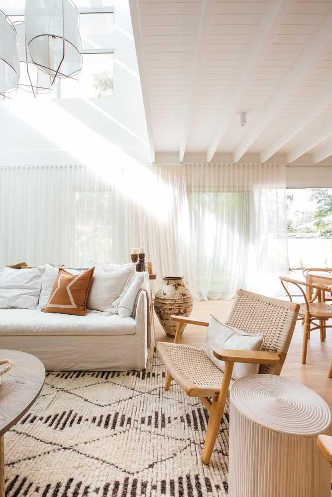 Clean e neutra, a cor pérola também ajuda a ampliar a sensação de espaço dos ambientes